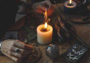 Как самостоятельно делают заговор на отворот с помощью свечи